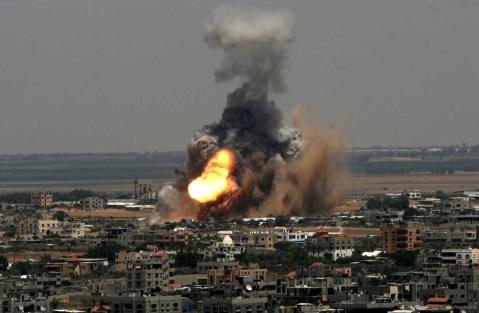 """Γιατί μία βόμβα 1.000 λιβρών που πέφτει σε πολυκατοικία στη Γαζα σκοτώνοντας γυναικόπαιδα μας συγκλονίζει λιγότερο από τον αποκεφαλισμό ενός (επίσης άμαχου) δημοσιογράφου; Γιατί δεν βλέπουμε τα θύματα της βόμβας. Και ακόμη περισσότερο γιατί δεν είναι """"δικά μας""""."""